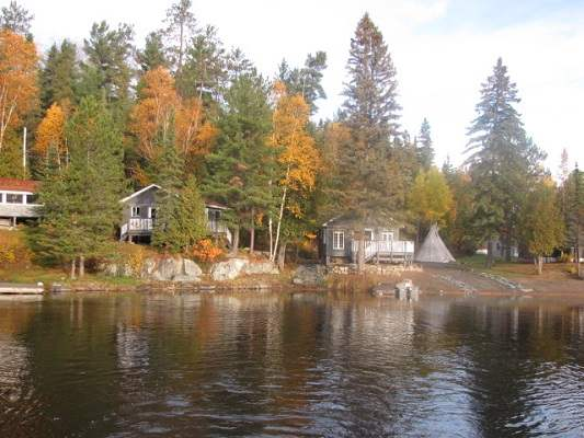 photo of Lake Herridge Lodge among autumn trees